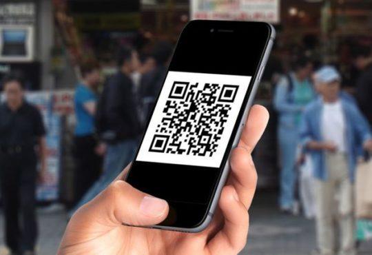 صورة تظهر رمز QR على شاشة iPhone
