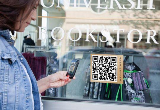صورة توضح رمز QR على واجهة زجاجية لمتجر