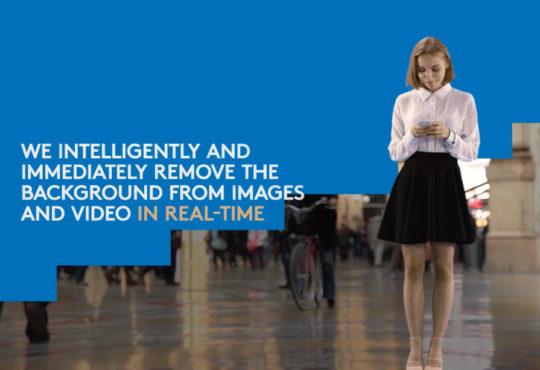 يظهر في الصورة فتاة ترتدي قميصا أبيض وتنورة سوداء وقد تم اخفاء الخلفية بتقنيات تعلم الآلة