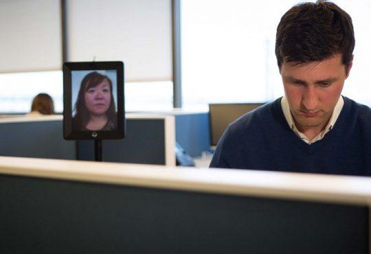 كيف تساعد العاملين عن بعد ليشعروا أنهم أكثر اتصالاً وأقل عزلة